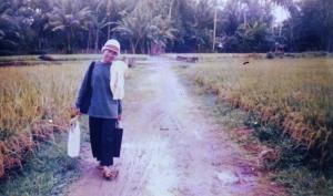 Lely, jalan kaki menuju rumahnya di Desa Sukasari